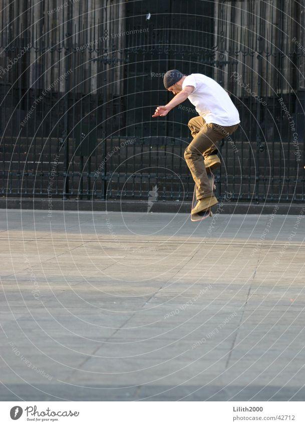 Skater auf der Domplatte Mann Sommer springen Skateboarding Köln Kölner Dom