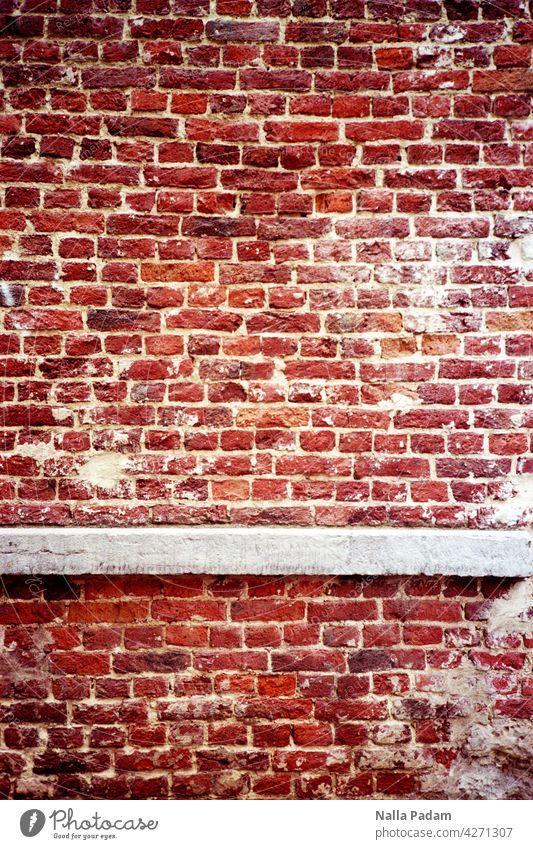 Ziegel und Beton analog Analogfoto Farbe Farbfoto Backstein Wand Mauer grau rot Architektur Gebäude gemauert unüberwindbar Linie Fuge Fassade Stein