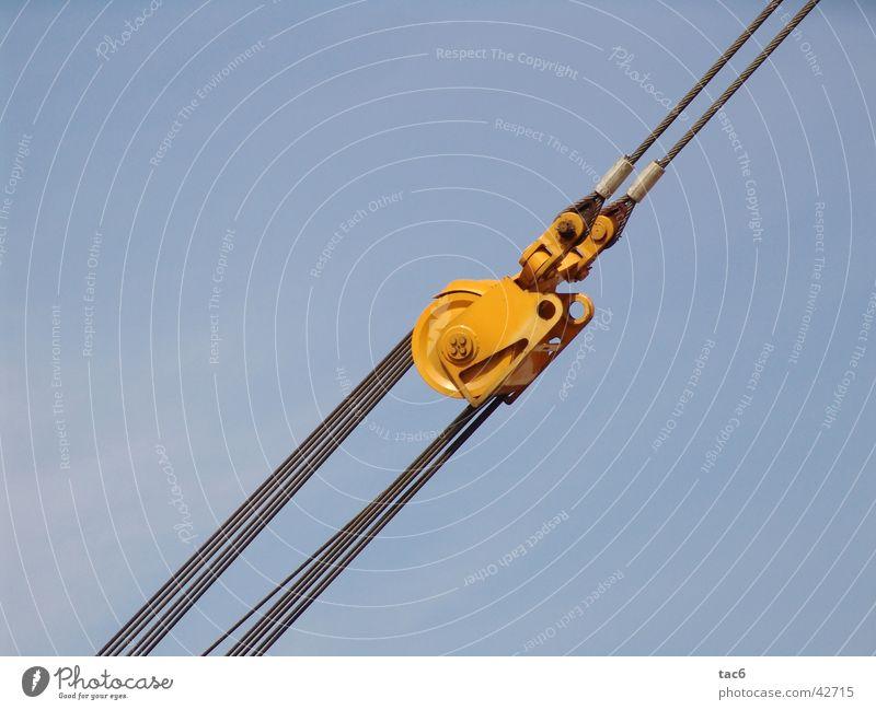 Stahlseile Rolle gelb Dinge Drahtseil blau Himmel Baustelle