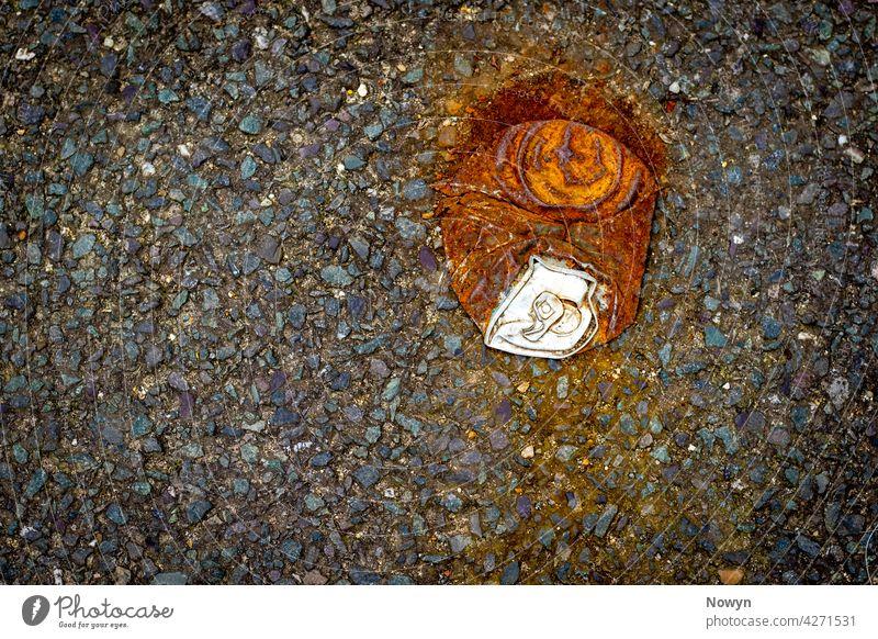 Eine weggeworfene Limonadendose Aluminium Asphalt Dose Trümmer Detailaufnahme verwerfen abgeworfen unterdrückt trinken leer Unrat Boden Abfall Metall Nummer