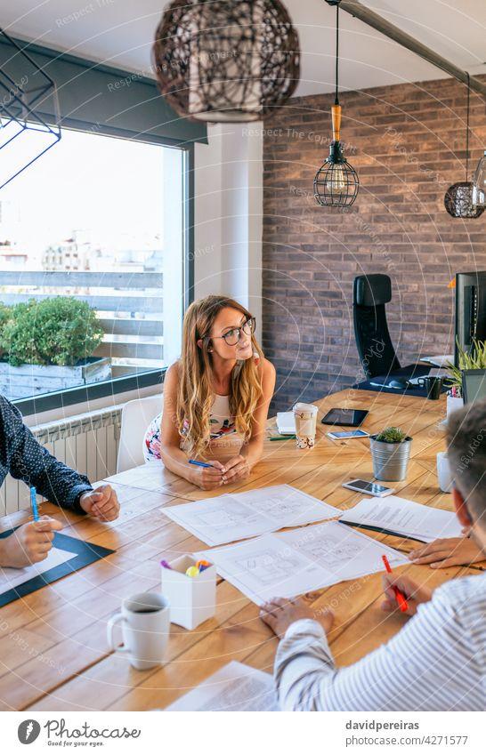 Geschäftsfrau in einer Arbeitsbesprechung beim Betrachten von Konstruktionszeichnungen Architekt Chef Frau Arbeitstreffen Präsentation Ingenieur Teamwork
