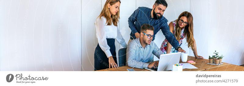 Geschäftsleute in einer Besprechung im Stehen zur Überprüfung eines Projekts Büro überblicken Arbeitstreffen informell Menschengruppe jung arbeiten Kaukasier
