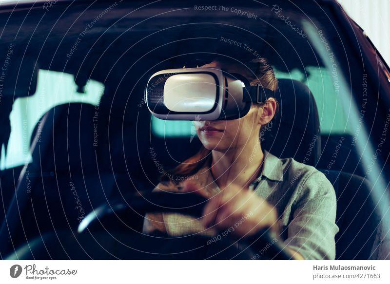 frau trägt 3d vr brille, autofahren im virtuellen raum fortschrittliches Sicherheitsfahrzeug Automobil schwarz PKW Computer Konzept Kontrolle cyber Cyberspace