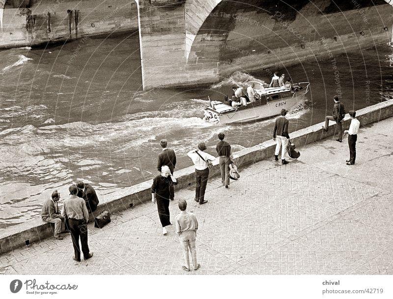 Paris 1966 Menschengruppe Wasserfahrzeug Küste Fluss Freizeit & Hobby Frankreich Motorboot Seine