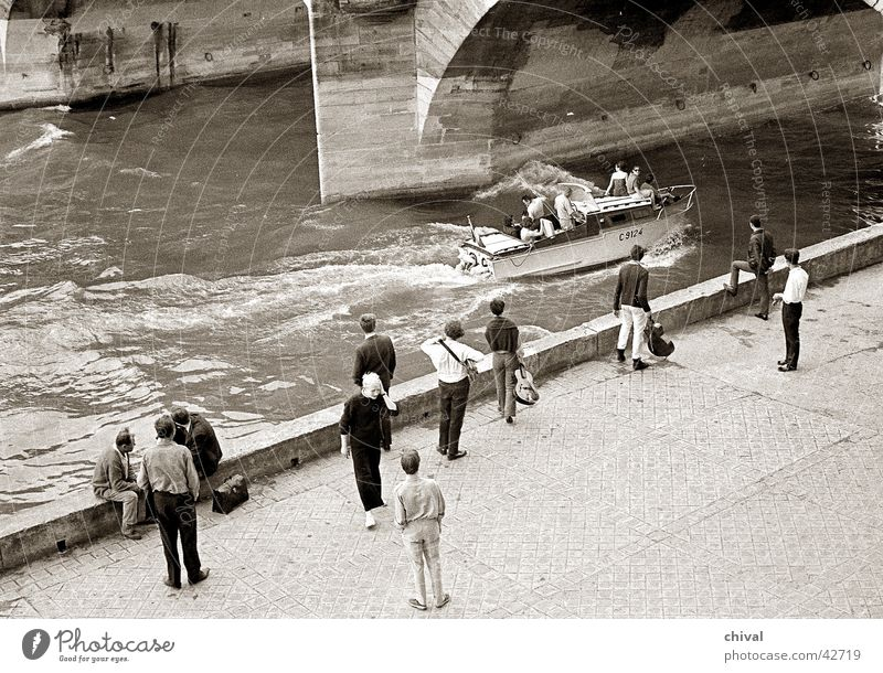 Paris 1966 Menschengruppe Wasserfahrzeug Küste Fluss Freizeit & Hobby Paris Frankreich Motorboot Seine