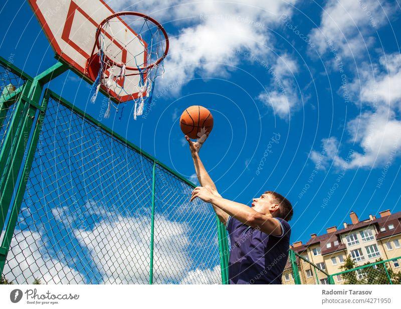junger Mann spielt Basketball Spielen Spieler Ball Sport männlich sportlich spielen Gesundheit Übung Hintergrund Lifestyle Korb Männer Aktion Menschen Athlet