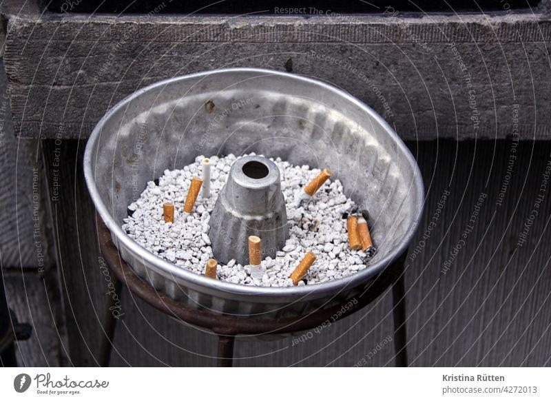 kippen in der kuchenform aschenbecher zigarettenkippen zigarettenstummel backform rauchen raucherpause nikotin sucht laster ausdrücken ungesund