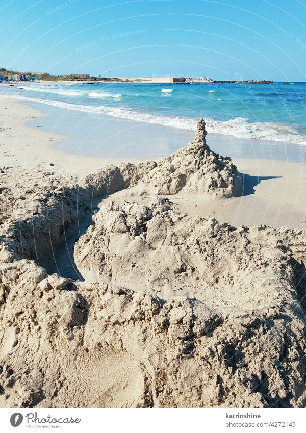 Sandburg am Strand von Penna Grossa, Torre Guaceto Burg oder Schloss Sommer Küstenlinie adriatisch MEER Apulien blau Himmel Klippe Kristallwasser Europa Italien