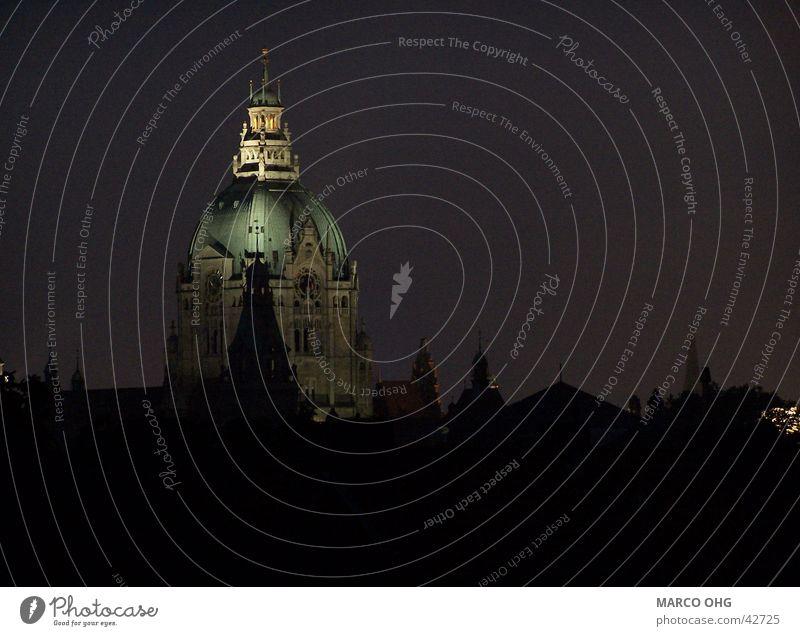 Hannover's Rathaus bei Nacht Gebäude Kuppeldach Architektur Silhouette
