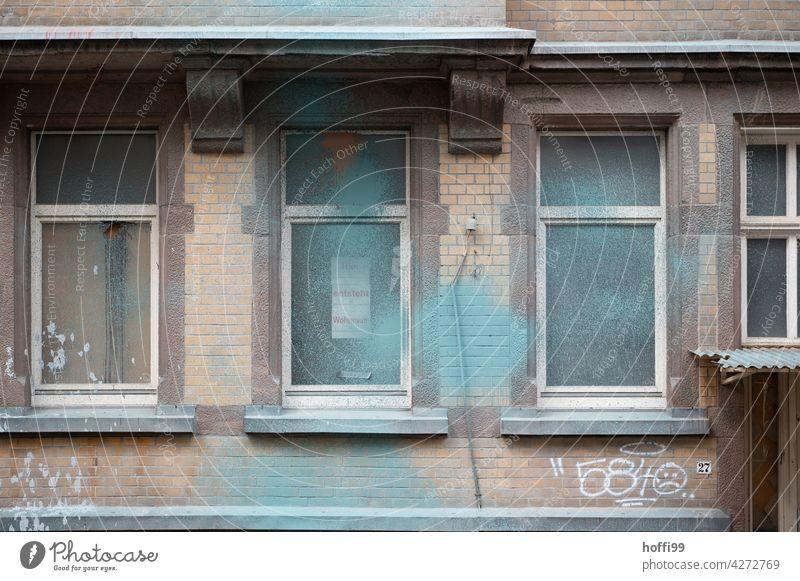 Altbausanierung mit Spuren von Protest geräumt besetzen Besetztes Haus geräumtes Haus beschmierte Wände Sanierungsfall sanierungsbedürftig sanierungsbedarf