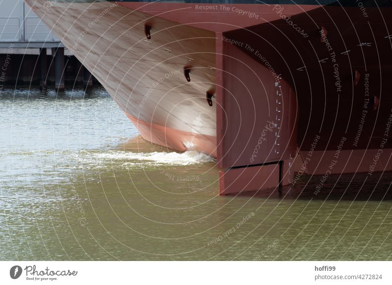 Ausschnitt eines Hecks von einem sehr großen Schiff Tanker Containerschiff Schifffahrt Wasser maritim Öltanker Wasserfahrzeug Hafenstadt Güterverkehr & Logistik
