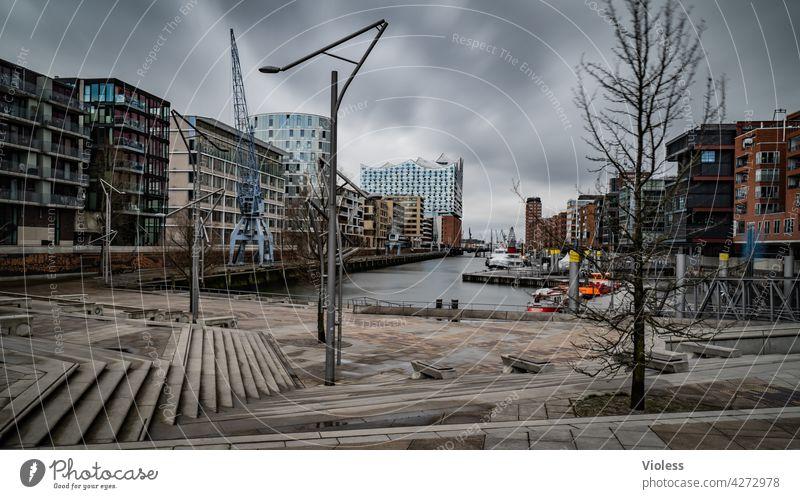Hafencity Hamburg Treppe Bürogebäude Reflexion & Spiegelung Kontrast Wolken Außenaufnahme Licht Schatten modern trendy entdecken Fassade Hochhaus Park Bauwerk