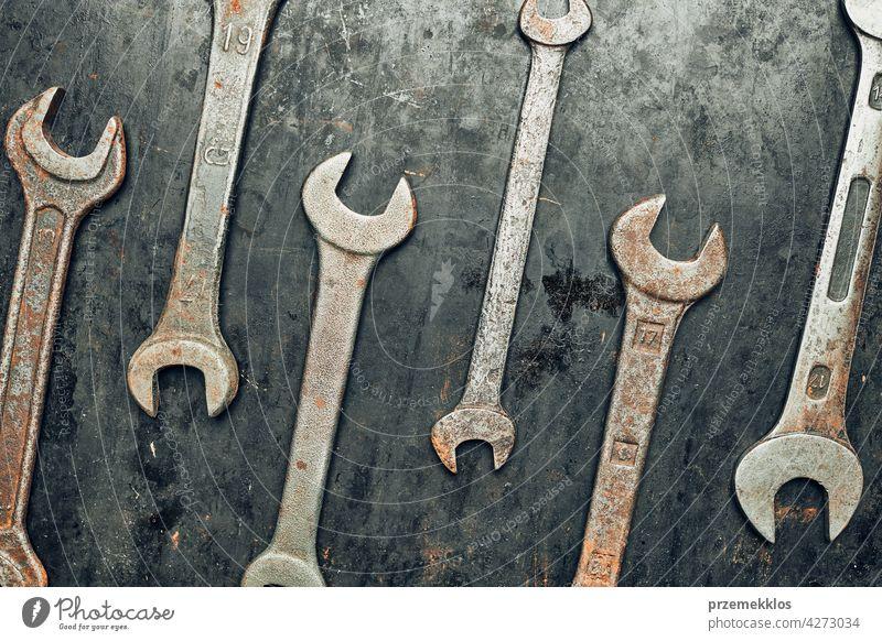Schraubenschlüssel auf Stahlfläche. Alte rostige Schraubenschlüssel für die Wartung. Mechanische Hardware-Werkzeuge zum Reparieren. Technische Werkzeuge Hintergrund