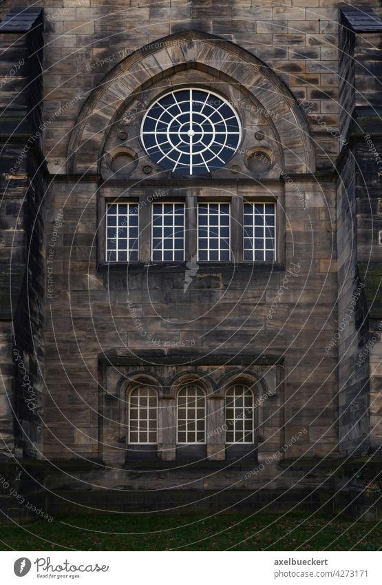 düstere Kirchenfassade mit Fenstern kirchenfassade Kirchenfenster Religion & Glaube Gotteshäuser historisch Architektur Christentum Bauwerk Gebäude Fassade