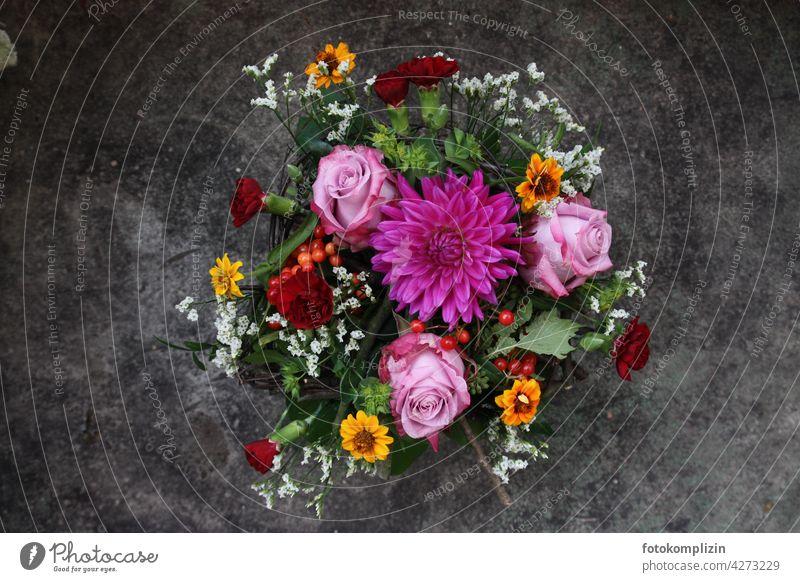 buntes Blumengesteck von oben Blumenstrauß blumengesteck Strauß Dahlie Rosen Dekoration & Verzierung Floristik Blüte Blühend Blüten Valentinstag Muttertag