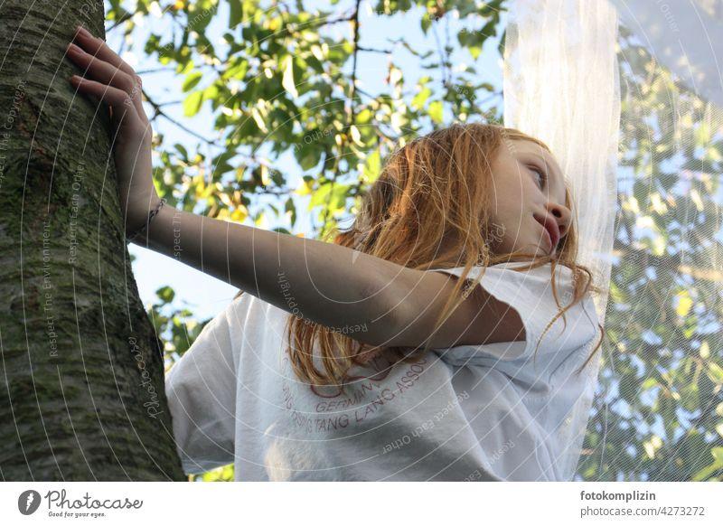 rothaariges Mädchen klettert in einem Kirschbaum Sommer romantisch verträumt Baumstamm Rinde Baumrinde Baumkrone sommerlich Sommergefühl Baumhaus Ferien Garten