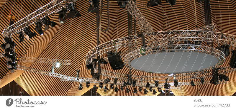 Spot an Bühnenbeleuchtung Traverse Dach Gebäude Leuchter Licht Tempodrom Architektur Scheinwerfer Projektionsleinwand Himmel Lagerhalle Lampe Beleuchtung