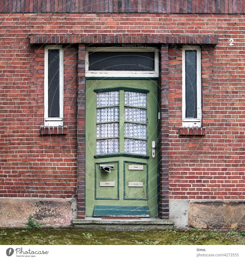 Entrees (42) eingang zuhause backsteinhaus holztür absatzkante sandstein fenster gardine verlassen hausnummer briefkasten zeitung zeitungsschlitz