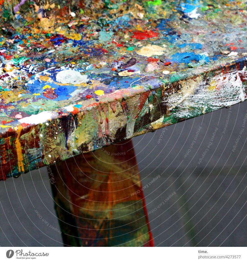 Farbtafel tisch farbe farbkleckse anrühren atelier kunst bunt rahmen holz Arbeitsplatz verschmiert kreativ pinselstrich farbtafel künstlerbedarf
