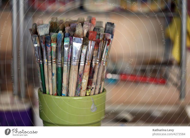 Pinsel in einer Kunst Werkstatt Farben Borsten Maler Künstler Künstlerbedarf Acryl Acrylmalerei Atelier Kreativität Freizeit & Hobby malen Farbfoto Menschenleer
