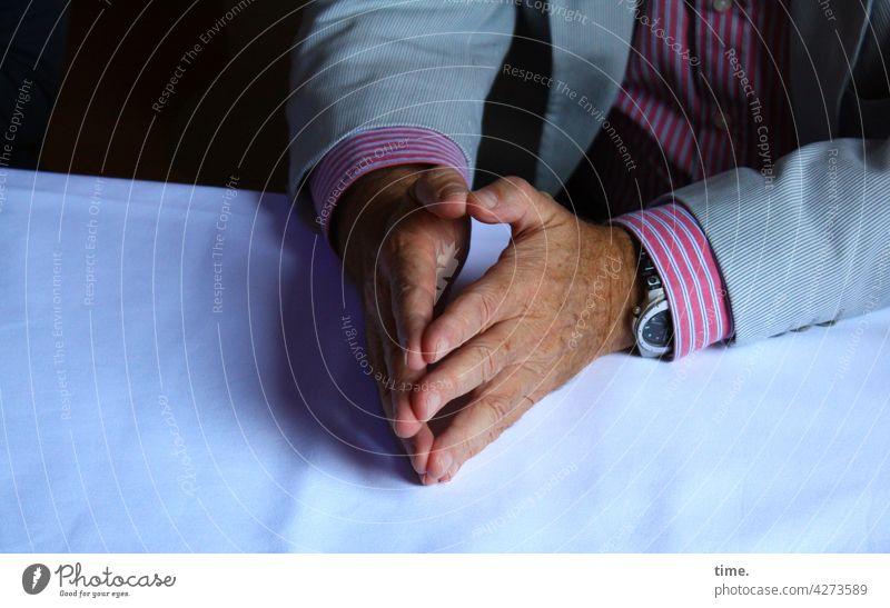 Hakini Mudra, helps angeblich concentrating thoughts hände tisch jackett hemd uhr männlich tischdecke sitzen halten anlegen symbolik übung konzentration