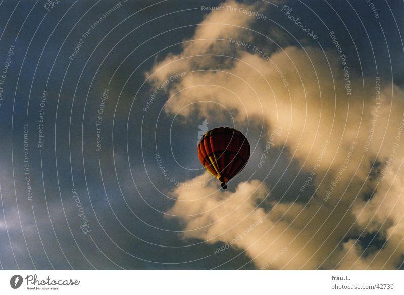 Ballon in den Wolken Ballone gleiten Himmel Luftverkehr Abend Regen Sonne Ferien & Urlaub & Reisen