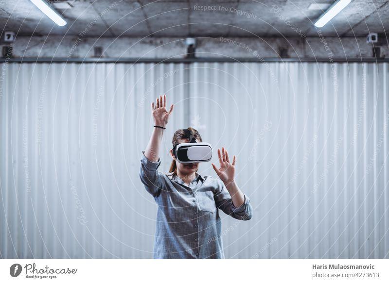 frau mit vr-brille genießt virtual-reality-erfahrung 3d Erwachsener Hintergrund lässig Kaukasier Kreativität cyber Gerät digital Entertainment erkundend Spaß