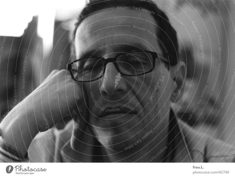 müdes Warten Mann Halbschlaf Brille Café Porträt Trauer ernst Hand Straßencafé schlafen genervt Müdigkeit Langeweile trist Gastronomie Gesicht urlaubsreif