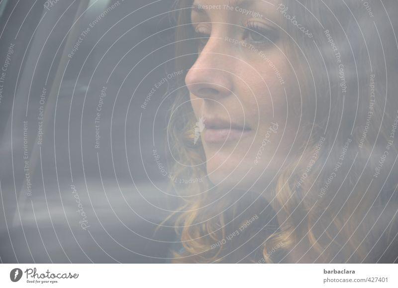 fare well Junge Frau Jugendliche Erwachsene 1 Mensch 18-30 Jahre Autofahren PKW Autofenster blond langhaarig Locken Glas Lächeln sitzen schön feminin Gefühle