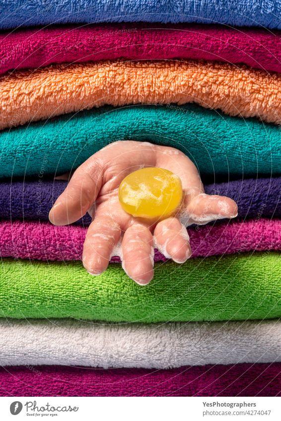 Konzept der persönlichen Hygiene. Händewaschen mit natürlicher Seife. Hintergrund Bar Bad blau Pflege Sauberkeit Nahaufnahme Farbe Textfreiraum Gewebe fluffig
