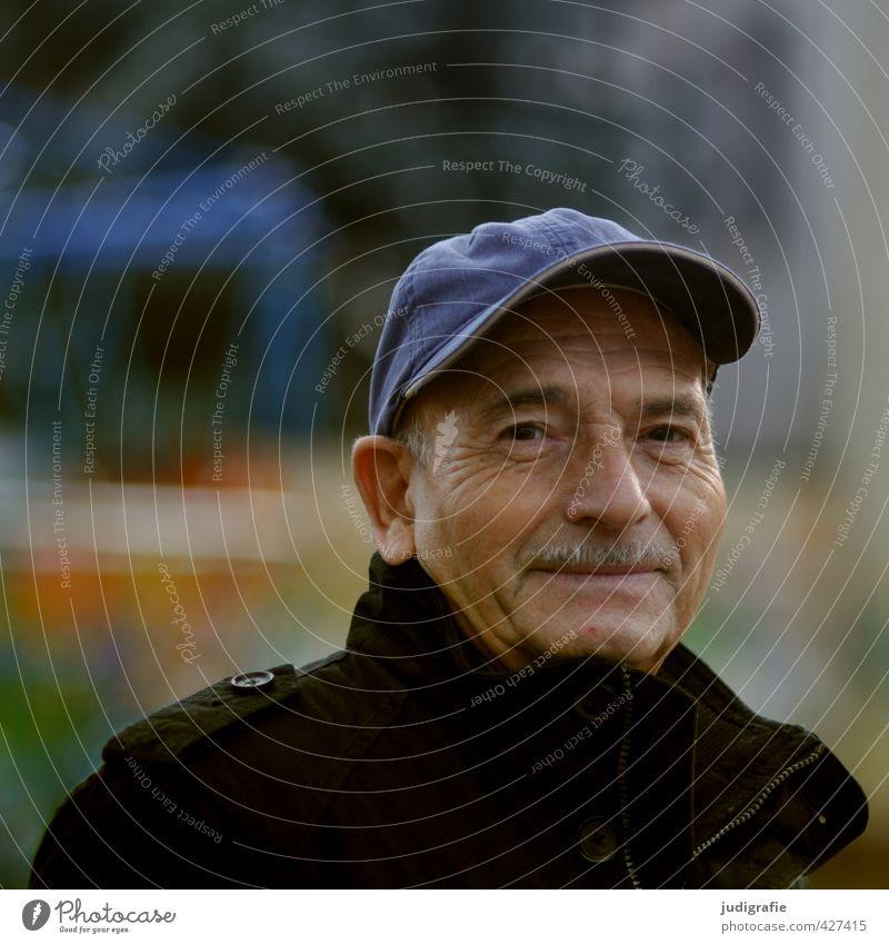 Ein junggebliebener Senior, schaut freundlich in die Kamera. Achtzig. Mensch maskulin Mann Erwachsene Männlicher Senior Vater Leben Kopf 1 60 und älter Hut