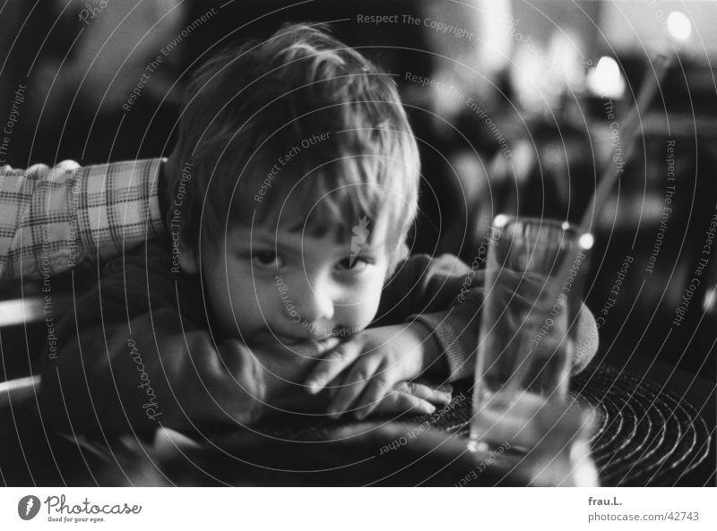 Leon im Restaurant Geborgenheit Kind Unschärfe Hand Porträt Gastwirtschaft Gastronomie Vertrauen 4 jahre Junge Glas lachen Arme Gesicht Schwarzweißfoto