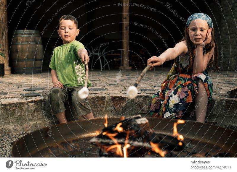 Zwei Kinder grillen Marshmallows alte Scheune Feuerstelle Lagergeuer rösten Kindheit Lifestyle Spannung Spielen naschen Süßwaren Süßigkeiten Freude spass