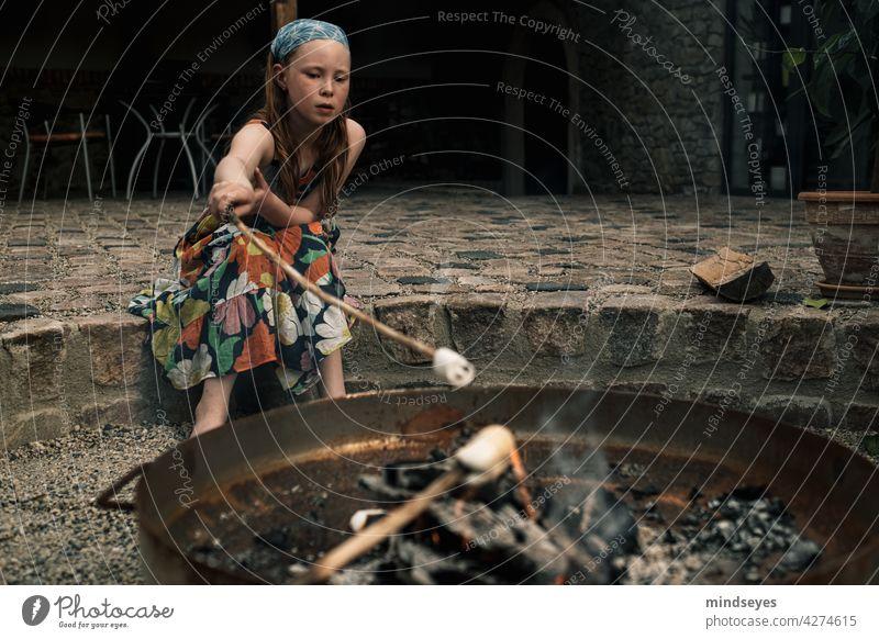 Mädchen röstet Marshmallows alte Scheune Feuerstelle Farbfoto Außenaufnahme Kind Kindheit Mensch Freude Lifestyle Genuss Lagerfeuer gemütlich Gemütlichkeit