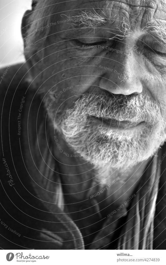 Die innere Ruhe finden Mann Senior Gesicht Porträt weißhaarig Bart bärtig Vollbart meditieren müde Müdigkeit Schmerz Erinnerung glauben hoffen Mensch