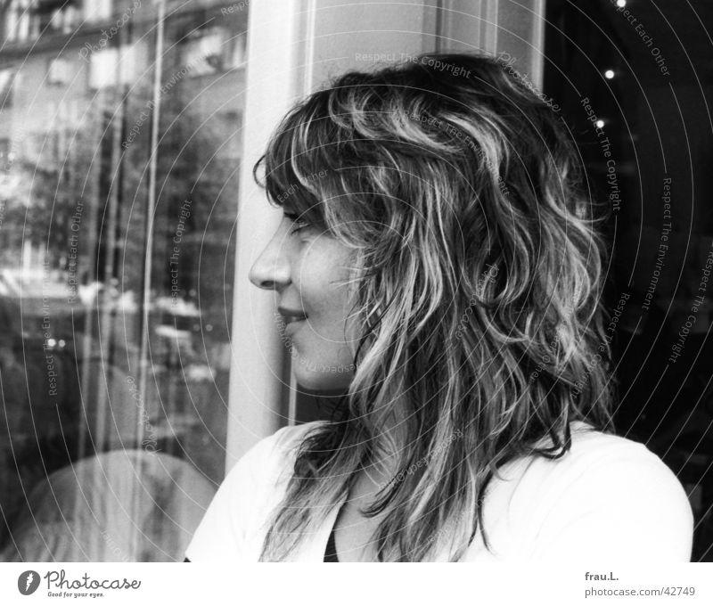 die schöne Frau Sitil Silhouette Schaufenster feminin Ladengeschäft Porträt Arbeit & Erwerbstätigkeit Bekleidung lachen Profil Gesicht Schwarzweißfoto