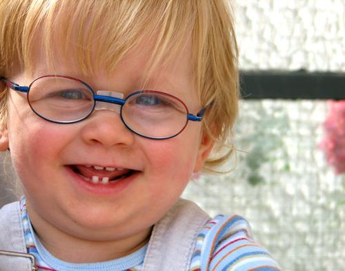 Claas Freude Glück Gesicht Zufriedenheit Kind Mensch maskulin Kleinkind Junge Zähne Schönes Wetter Balkon Brille blond lachen Fröhlichkeit süß lieblich