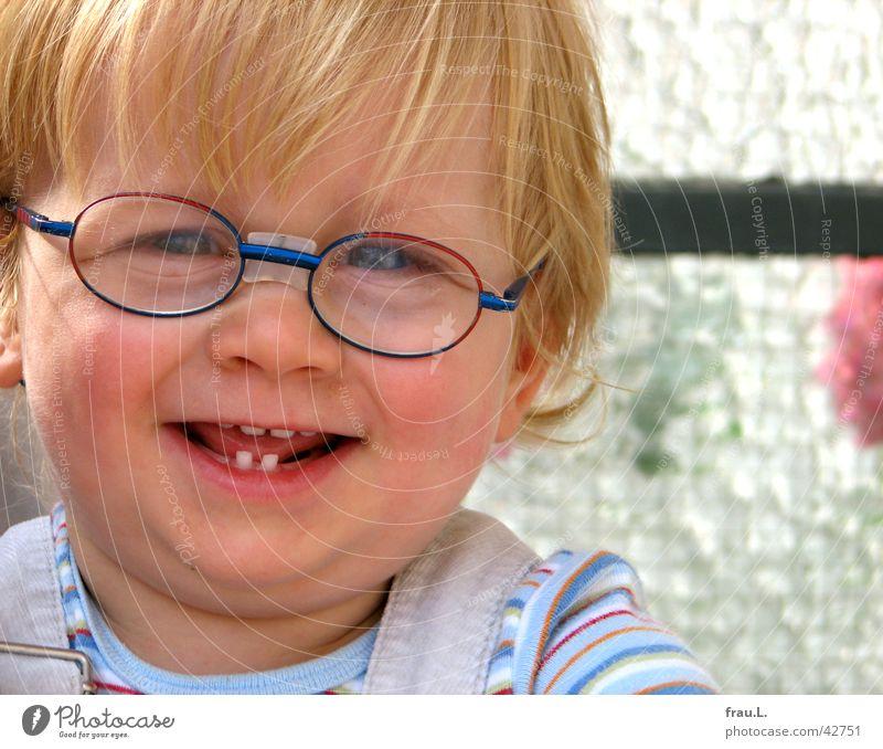 Claas Mensch Kind Freude Gesicht Junge Glück lachen Zufriedenheit Beleuchtung blond maskulin Porträt Fröhlichkeit süß Zähne Brille