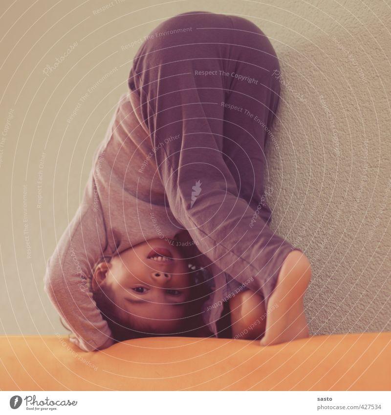 mit dem Kopf durch das Sofa Mensch Kind Freude Sport Bewegung Spielen lustig Junge Glück Gesundheit natürlich Aktion Kindheit authentisch Fröhlichkeit Fitness