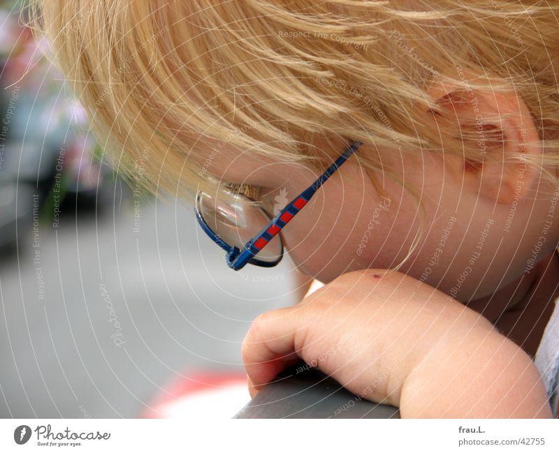vom Balkon sehen Mensch Kind Hand Gesicht Straße Junge blond Brille Ohr beobachten Neugier Konzentration Balkon Kleinkind