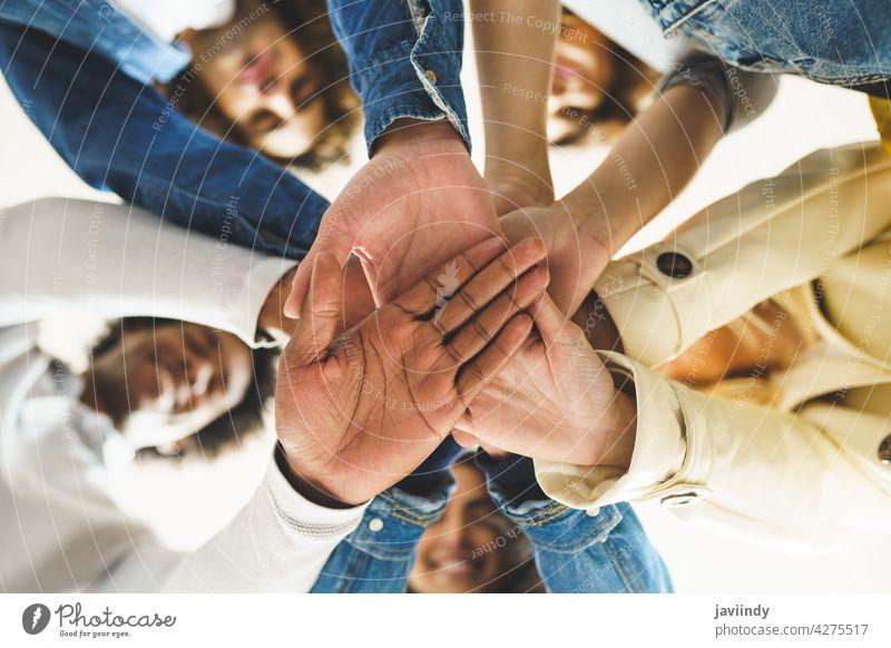 Hände einer multiethnischen Gruppe von Freunden, die sich als Zeichen der Unterstützung und Teamarbeit zusammengeschlossen haben. Hand Zusammensein Menschen