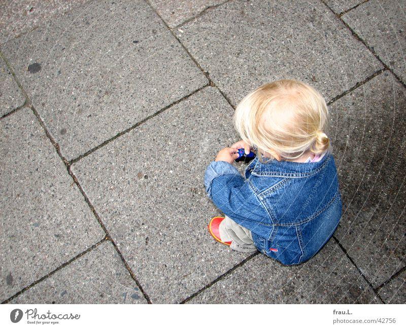 Mia mit Auto Kind rot Mädchen Spielen Haare & Frisuren klein Schuhe blond niedlich Dinge Konzentration Kleinkind Bürgersteig Verkehrswege hocken hockend