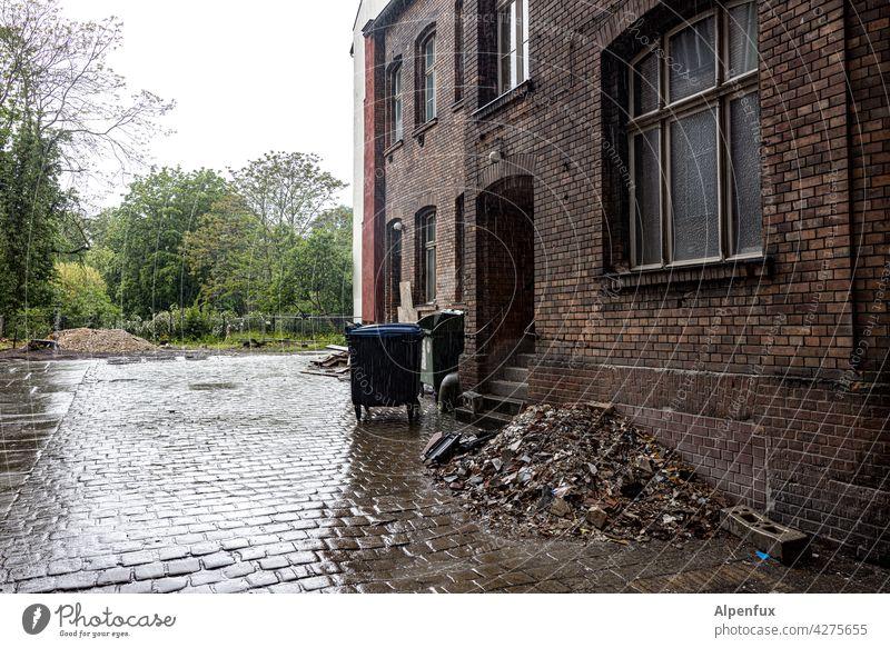 verregneter Hinterhof Haus Fenster Architektur Stadt Regen Regenwetter Regentropfen Wassertropfen Bauwerk Gebäude Menschenleer Außenaufnahme Altstadt Hauptstadt