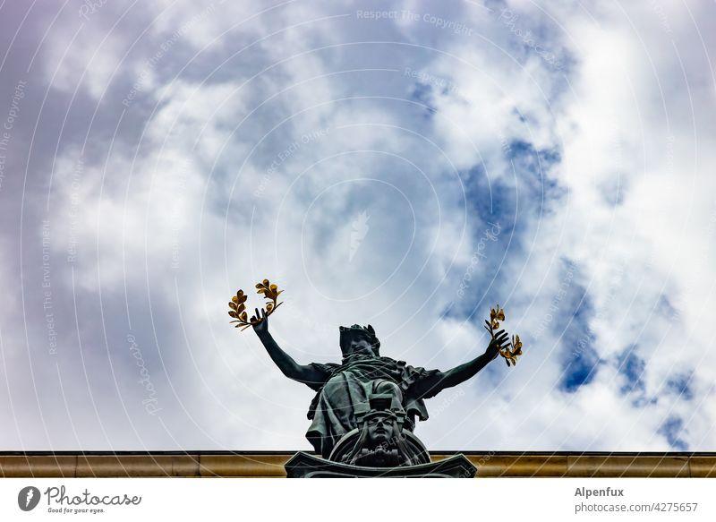 The winner takes it all Statue Lorbeerkranz Denkmal Farbfoto Außenaufnahme Skulptur Kunst Wahrzeichen Himmel Sehenswürdigkeit Symbole & Metaphern Deutschland