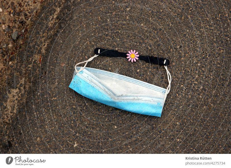 verlorene op-maske mit maskenband und blümchen verlägerung mundschutz mund-nasen-schutz medizinische chirurgische gesichtsmaske mns corona covid pandemie