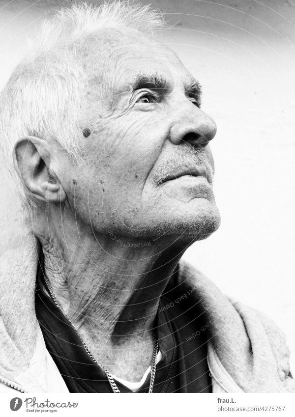 Hellwach attraktiv Mann Porträt Gesicht Goldkette Kette Bart Schnurrbart Profil Selbstbewusst Optimismus maskulin