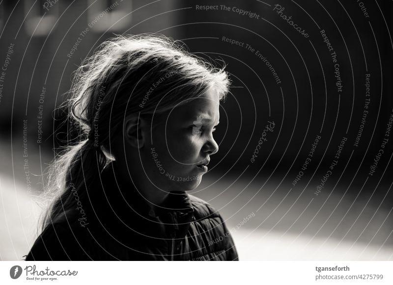 Wildfang Kind Kindheit Porträt Portrait ernst Schwarzweißfoto wild Mädchen wilde haare Mensch Außenaufnahme Haare & Frisuren langhaarig