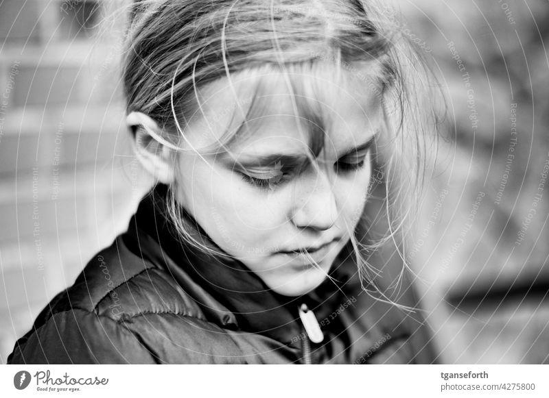 in Spiel vertieftes Kind Porträt Schwarzweißfoto Mädchen nachdenklich Augen geschlossen wilde haare Kindheit Mensch Kopf