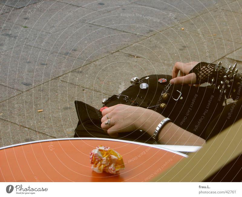 Mädchen-Hände Armband Tasche Frau Hand Handschuhe Tisch Fenster Bekleidung Gastronomie brötchentüte Tischkante Tischplatte