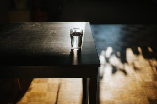 Glas mit frischem Wasser auf dem Tisch Getränk Schreibtisch trinken Essen und Trinken Gesundheit erwärmen Hochwinkelansicht horizontal Hydrat im Innenbereich